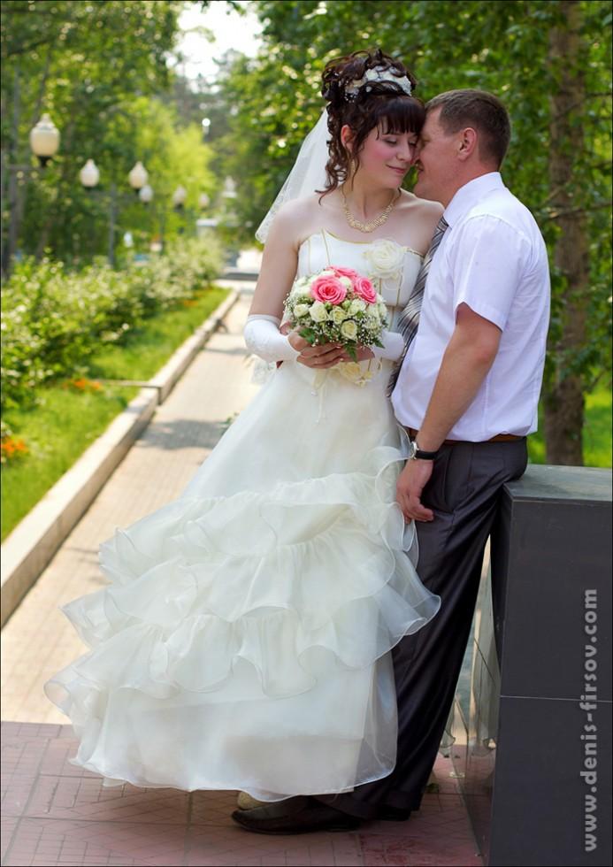 Жених и невеста в парке нефтехимиков