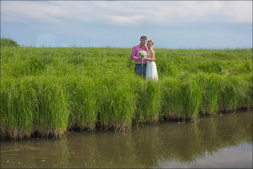 свадебная фотосессия на берегу реки