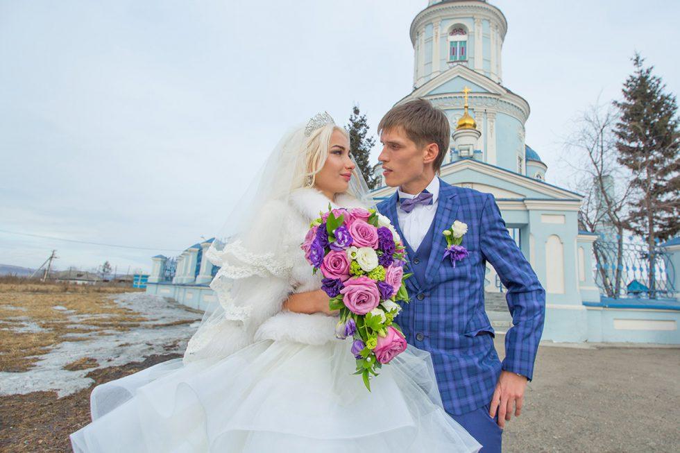 На фоне храма храм Казанской иконы Божией Матери